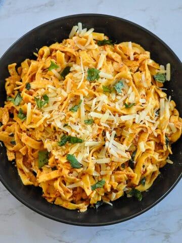 sun dried tomato pasta in black bowl